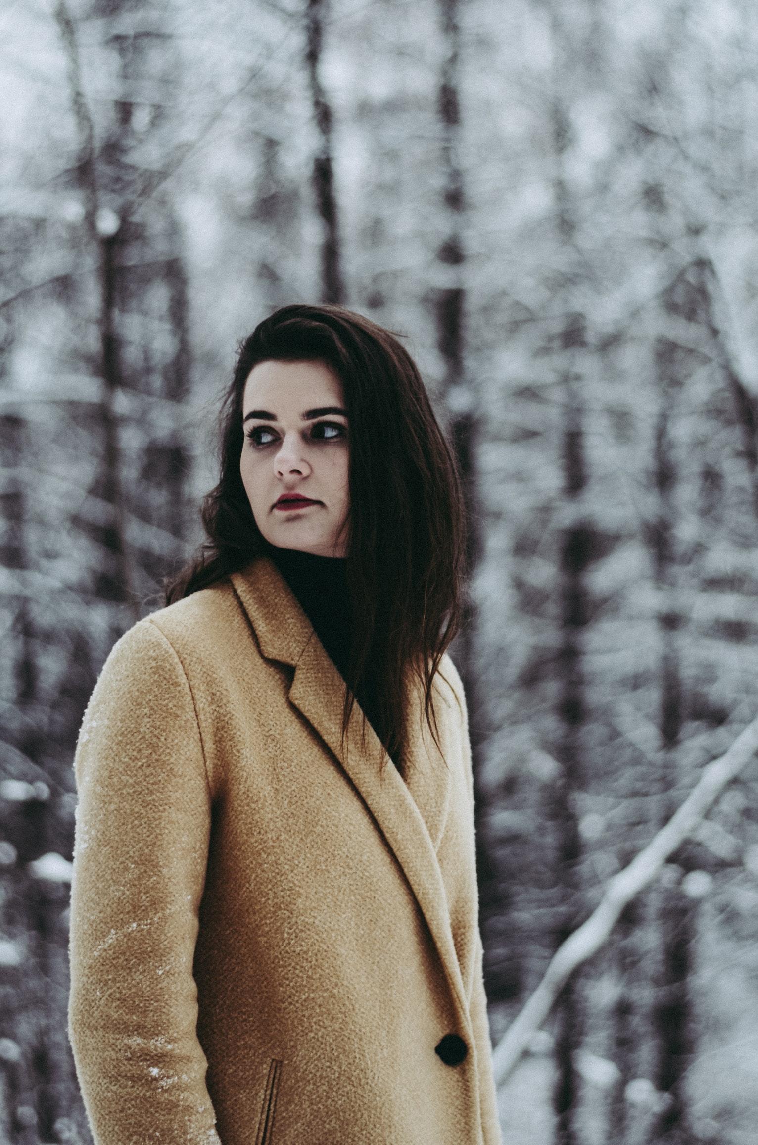 Zena u zimskom kaputu
